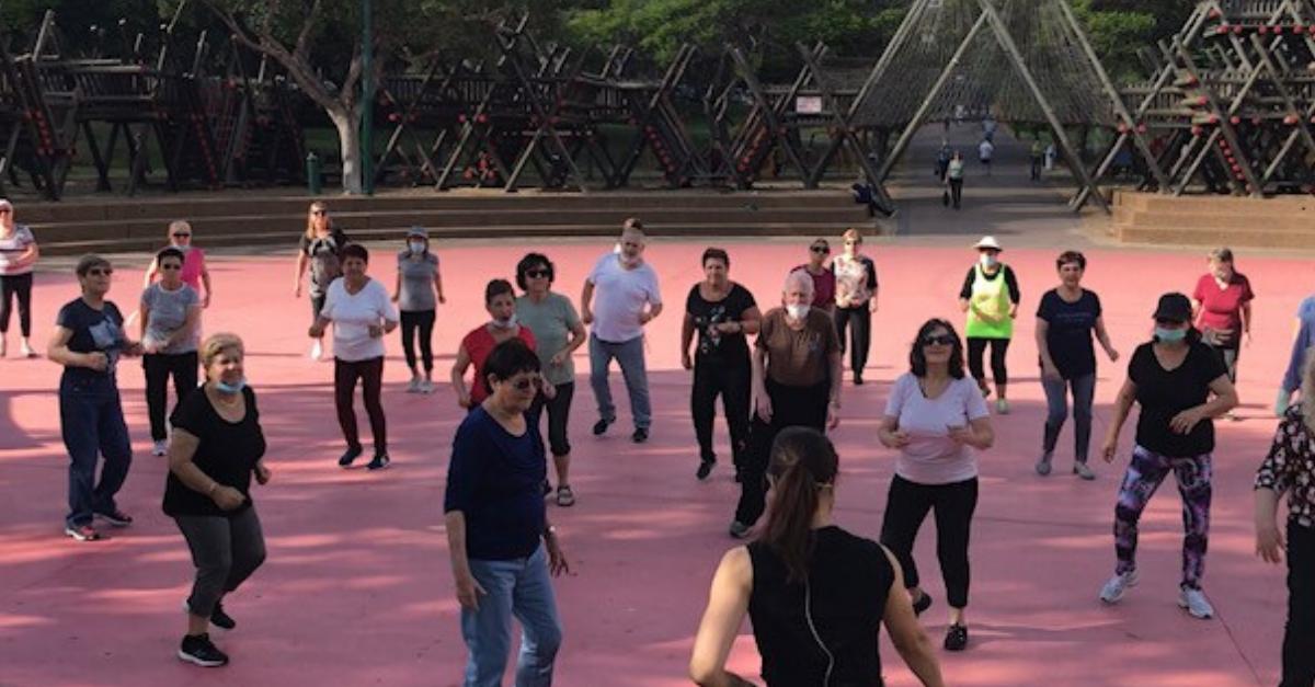 גמלאי העיר במהלך פעילות ספורטיבית בפארק