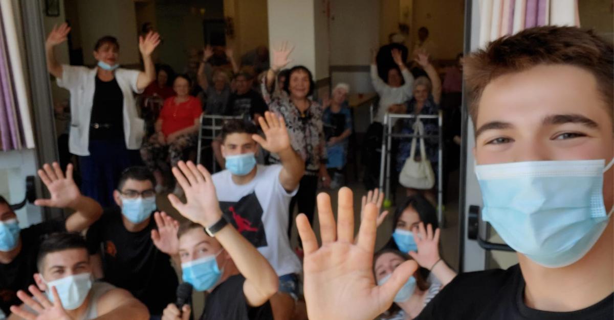 """חניכי תנועת הנוער """"חמש אצבעות"""" מתנדבים בבית האבות צימרמן"""
