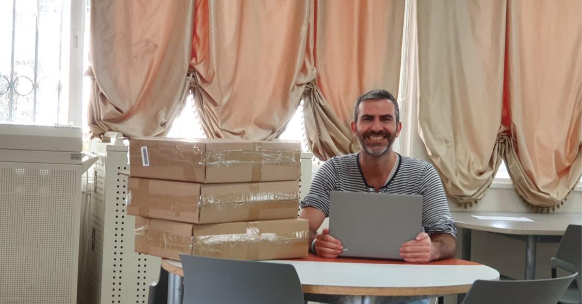 המנהל ירון כרמי עם המחשבים