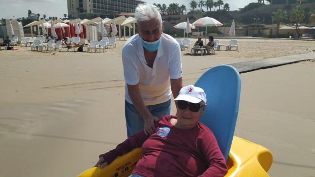 רינה ובעלה דן בחוף הים