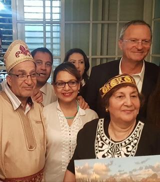 מימין לשמאל בתמונה: זאב בילסקי, מיכל ברם, סימה פרי, אילן כהן והמארחים חביב ורחל וזאנה