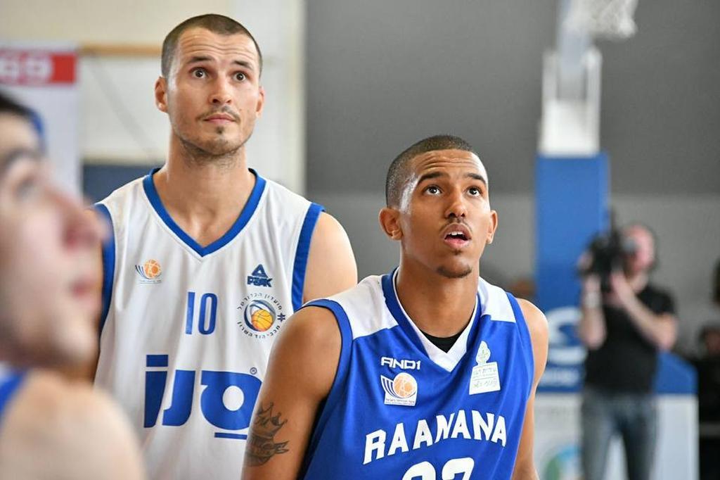 מייקל בריסקר (מימין) מול איגור סימין מהוד השרון | צילום: עמי עוואד