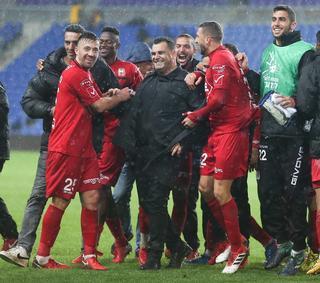 קורצקי עם השחקנים. ניצחון מדהים | צילום: ראובן שוורץ