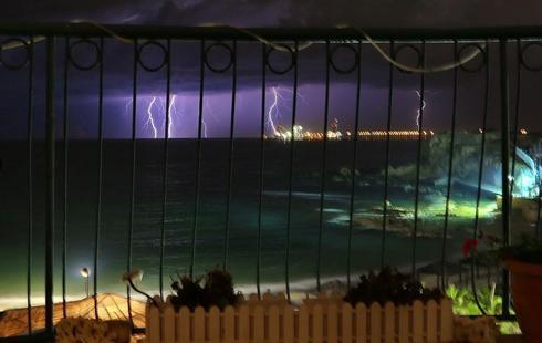 סופת ברקים מעל חדרה   צילום: איתמר רותם
