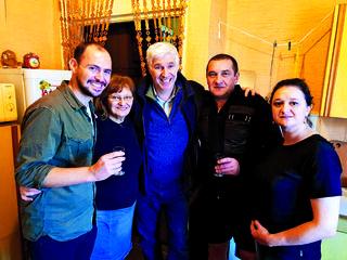שפירא (במרכז) עם בעלי הבית שבו גדל אביו | צילום: פרטי
