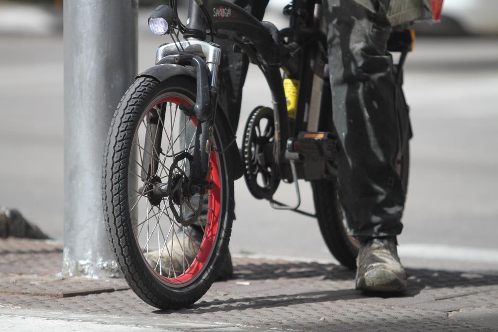מסוכנים על המדרכה. אופניים חשמליים | צילום: אסף פרידמן