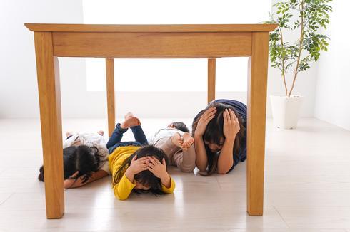 אם לא ניתן לצאת מהבניין, תפסו מחסה תחת רהיט כבד | המחשה: שאטרסטוק