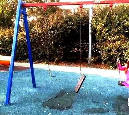 נדנדה שבורה בגן ציבורי (צילום: דוברות העירייה)
