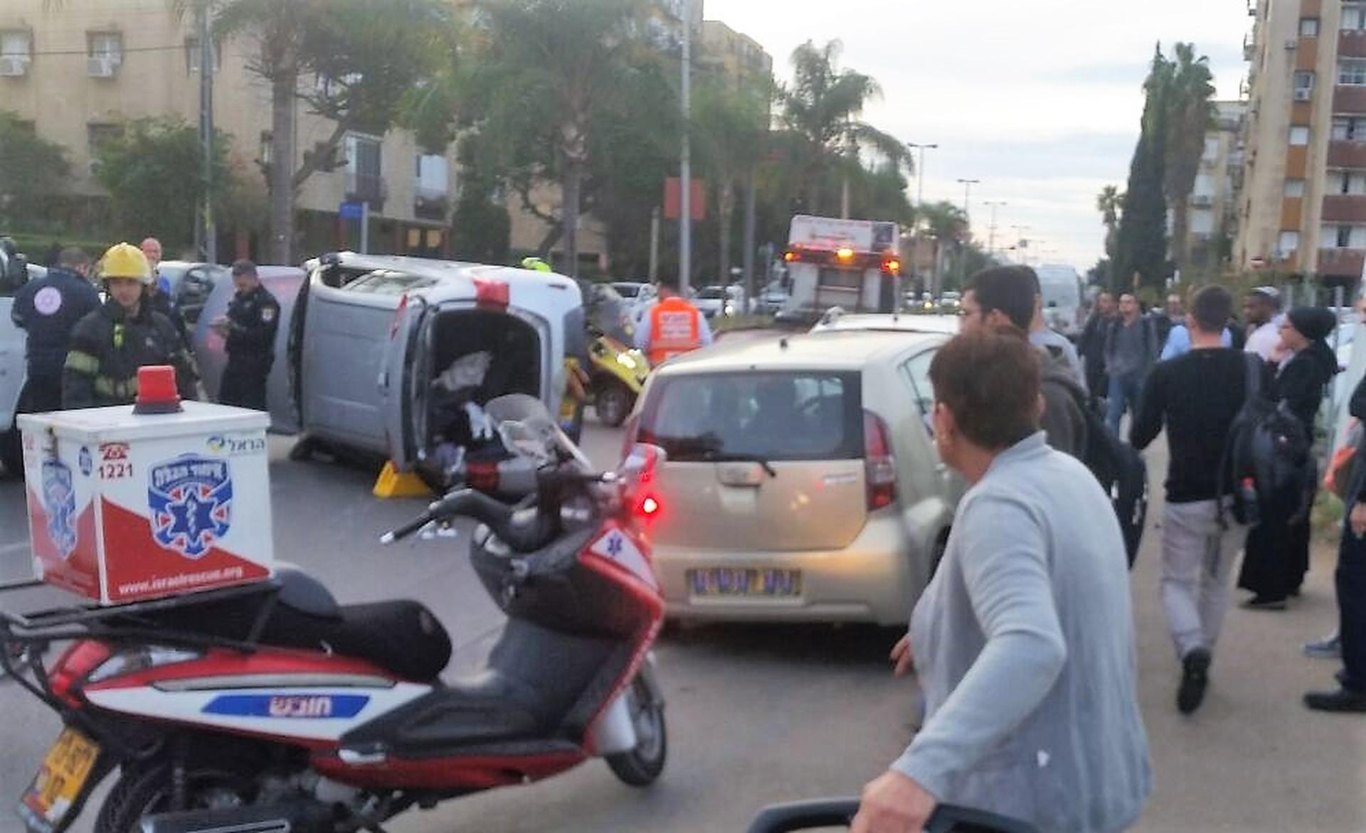 זירת התאונה בהופיין חולון  - צילום: דוברות איחוד הצלה