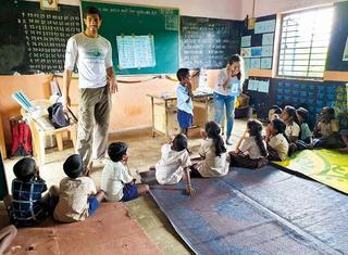 """נאורי בהודו עם הילדים   צילום: באדיבות עמותת """"לוחמים ללא גבולות"""""""