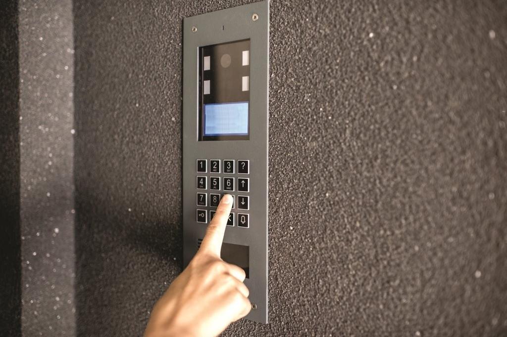 אשפה בכניסה ודפיקות בדלת | המחשה: Shutterstock
