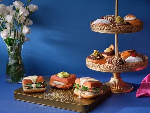מתוקות ומלוחות בקפה ביגה. קפה ביגה סופגניות מתוקות וסופגניות מרובעות מלוחות. צילום: אנטולי מיכאלו